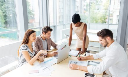 Kardy i płace w ofercie biura rachunkowego — na czym polega ta usługa?