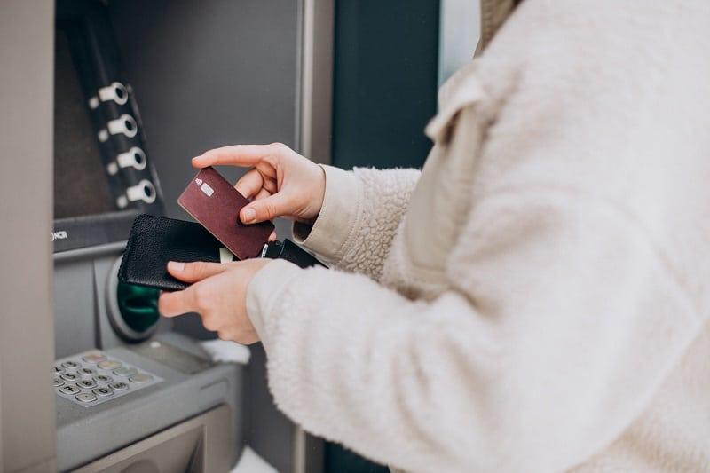 Bankomaty bez prowizji? W jakich bankach opłaca się wypłacać gotówkę?